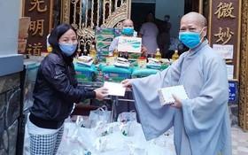 菩提蘭若寺向越華貧民派發救濟品