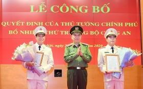 公安部長蘇霖大將(中)分別向黎國雄少將(右)和黎晉到少將(左)頒授人事委任《決定》並送鮮花祝賀。(圖源:人民公安報)