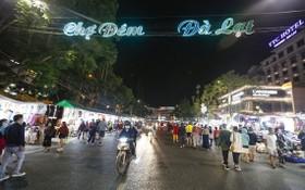 大勒夜間街頭人潮滿滿。(圖源:田升)