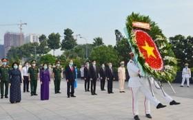 本市各位領導晉謁為國犧牲的越南英雄母親、英雄烈士。(圖源:越勇)
