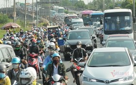 本市朝西區通道的平田橋路段有時候上千輛車堵在一起。(圖源:VNN)