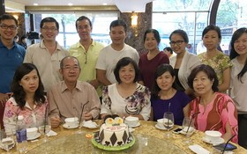 作者與同事們和已故編輯部原主任陳國華先生合照。