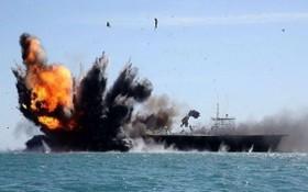 圖為此前伊朗在軍演中炸毀的「美國航母」。(圖源:互聯網)
