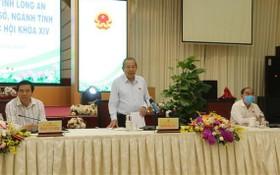 黨中央政治局委員、政府常務副總理張和平(中)出席隆安省選民接觸會並發表講話。(圖源:清平)