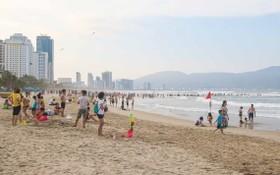 遊客在峴港海灘戲水。(圖源:輝達)