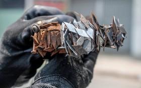 """""""釘賊剋星""""阮文成採用自造的磁鐵盒在1號國道上吸到的一大堆菱形釘子。(圖源:周俊)"""