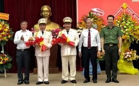 同奈省領導向兩位新任公安廳副廳長送鮮花祝賀。(圖源:同奈公安廳)