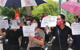 200多位家長聚集在越澳國際民立學校本市二月三日街分校反對疫情停課期間的學費收取制度。(圖源:阮娟)