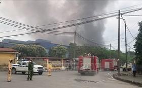 消防車隊相繼趕抵現場展開滅火和營救行動。(圖源:越通社)