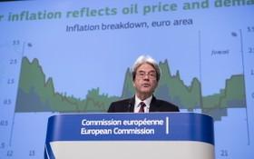 在比利時布魯塞爾的歐盟委員會總部,負責經濟事務的歐委會委員保羅‧真蒂洛尼出席新聞發佈會。(圖源:新華社)