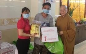 第五郡觀音精舍配合第十二坊越南祖國陣線委會昨(7)日在該精舍舉辦贈送愛心救濟品慈善活動。