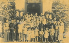 徐鐵錚和張笑馨於1957年12月26日舉行婚禮當天與雙方親戚在堤岸中華理事會館前合影。