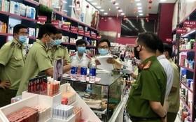 本市市場管理跨部門力量檢查一批違規貨物。