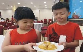 華人小朋友在愛華2大酒樓早市部品嚐蛋球沙翁。