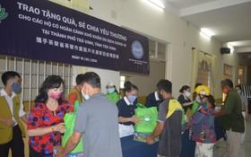 茶榮貧困同胞獲贈送生活用品。