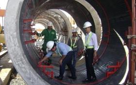 準備安放排水導流管以將廢水帶入第二郡的廢水處理廠。(圖源:玉隱)