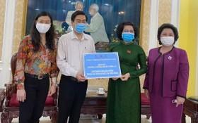 亞洲餅家代表將現款和營養麵包轉交給 市越南祖國陣線委員會領導。