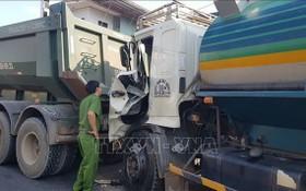 猛烈的撞擊,導致油槽車的車頭部分損壞不堪,黏著牽引車的車尾。(圖源:越通社)