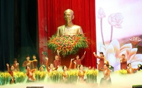紀念胡志明主席誕辰 130 週年的文藝節目。(圖源:VGP)