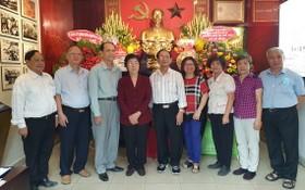 市各民族文學藝術協會成員在第五郡胡志明主席紀念館合照。