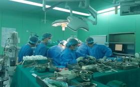 醫療團隊為患者進行肝髒移植手術。(圖源:鳳凰)