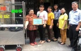家住第四坊第二街區華人婦女畢嘉麗剛獲郡婦女會贈送謀生工具。