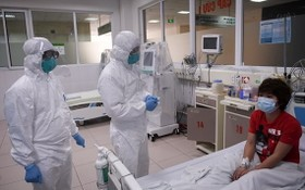 我國所有新冠肺炎重症患者已獲治癒。圖為中央熱帶病醫院醫生在給一名新冠肺炎患者問診。(圖源:俊勇)