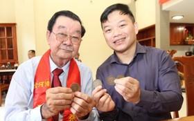 """張興盛先生(左)向""""西堤華人文化陳列室""""成立計劃捐贈古銀元。"""