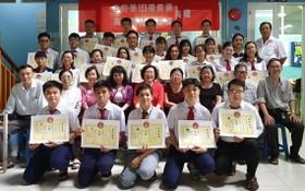 校委及老師與畢業生合照。