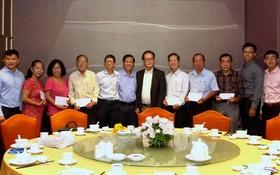 張豐裕先生代表萬盛發集團分別向各華文中心負責人贈送了教師們的醫保卡代金,總值約1億1664萬元。