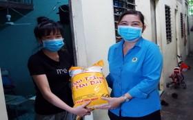 守德縣勞動聯團副主席阮氏清泉向貧困工人贈送禮物。