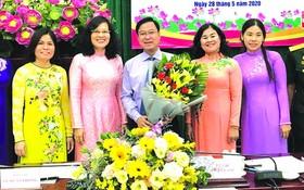 第五郡越南祖國陣線委員會主席黎才晉蟬聯黨 部書記、黎氏碧幸蟬聯副書記。