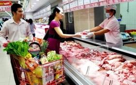 前 5 個月 CPI 平均指數 3 年來最高。圖為消費者在超市選購鮮食商品。(示意圖源:互聯網)