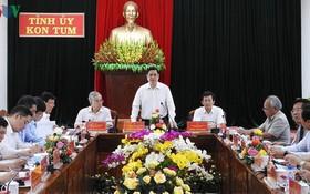黨中央政治局委員、黨中央書記、中央組織部長范明政(中)在會上發表指導意見。(圖源:VOV)