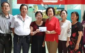 禮文華文中心校長許少蘭向家境貧困老師發補助額。