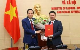勞動與榮軍社會部長陶玉容(左)向蘇德同志頒授人事委任《決定》。(圖源:VGP)
