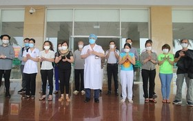 新冠肺炎患者病愈出院前與醫護人員合照。(示意圖源:TTO)