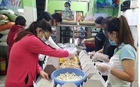 某慈善組的年經人正為貧困者準備食品。