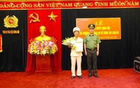 黨中央委員、公安部副部長阮文成上將向范鴻線大校頒授任職《決定》。(圖源:VGP)