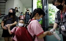 幼兒園學生進教室前用洗手液消毒。(圖源:互聯網)