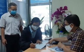 一名失業自由勞工簽領輔助金。(示意圖源:互聯網)