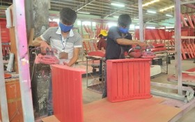 家具製造企業因出口訂單銳減而面臨許多困難。