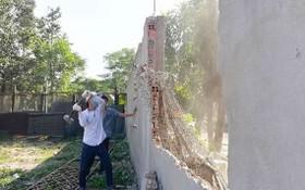 圖為守德縣靈中坊的一起違章工程被強制拆卸。