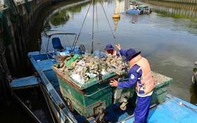 清潔員在饒祿-氏藝涌上打撈垃圾,確保湧渠暢通美觀。(圖源:田升)