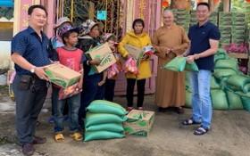 該廟慈善組組長鄒國榮(左一)和寶光寺住持(右二)向貧困少數民族同胞派發濟貧禮物。