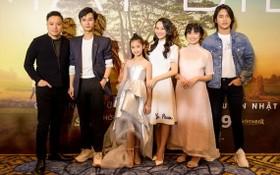 導演維克多‧武(左一)與眾演員出席電影宣傳活動。