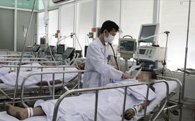 圖為大水鑊醫院重症監護室醫生在為其中一名傷者查體。(圖源:院方提供)