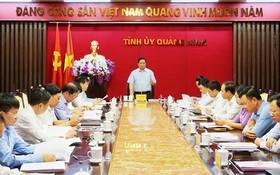 中央組織部長范明政(中)主持廣寧省常委會議並發表講話。(圖源:VGP)