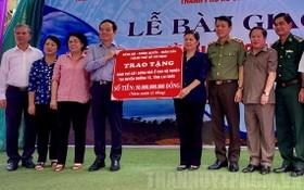 市委常務副書記陳留光(左四)出席住房移交儀式。(圖源:市黨部新聞網)