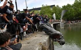 示威者用繩索拽倒了愛德華‧科爾斯頓的銅像,對其進行塗鴉、踩踏,並將其淹入河中。(圖源:互聯網)